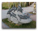 Аваза: памятник Дельфинам