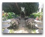 Замок Бирини: аллеи сада