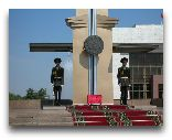 Бишкек: Почетный караул у памятника Независимости