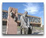 Гюмри: Памятник. Фрунзику Мкртчяну в Гюмри, Театральная площадь.