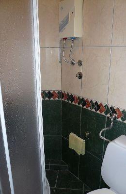 №8 - трехместный номер: душ номера 8
