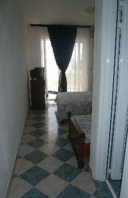 №4 - двухместный номер с дополнительной кроватью: вход в номер 4